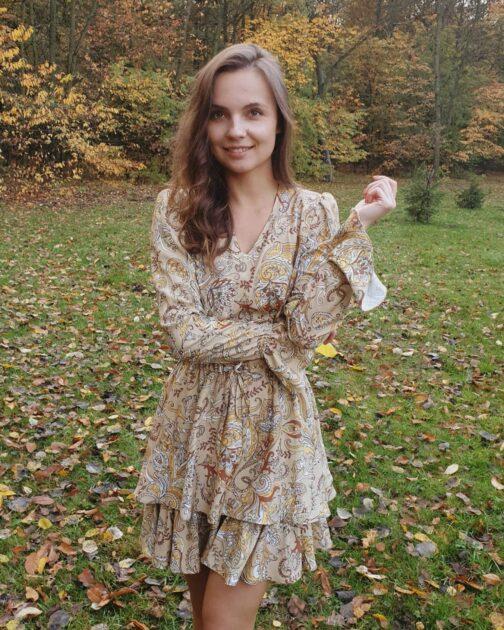 Beżowa sukienka z falbanką Autumn Wind